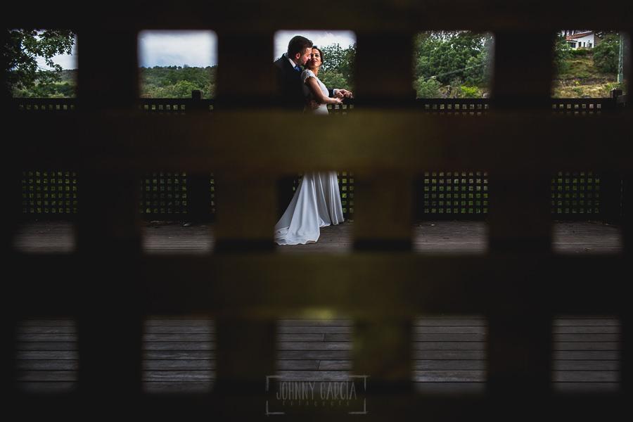 Boda hotel Ruta Imperial de Sandra y David realizada por el fotógrafo de bodas en Jarandilla de la Vera Johnny García, la pareja en el mirador del hotel
