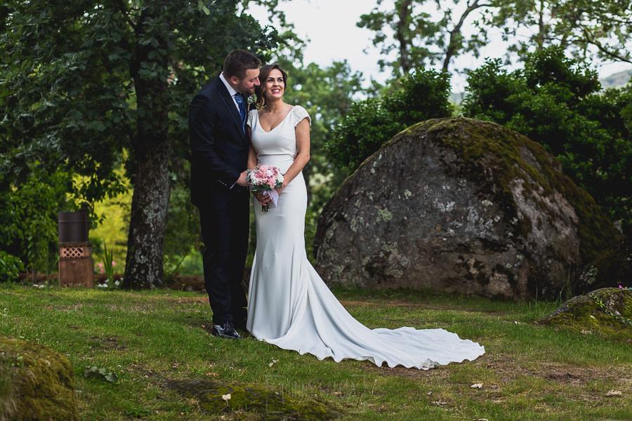 Boda hotel Ruta Imperial de Sandra y David realizada por el fotógrafo de bodas en Jarandilla de la Vera Johnny García, los novios dando un paseo por el jardín del hotel