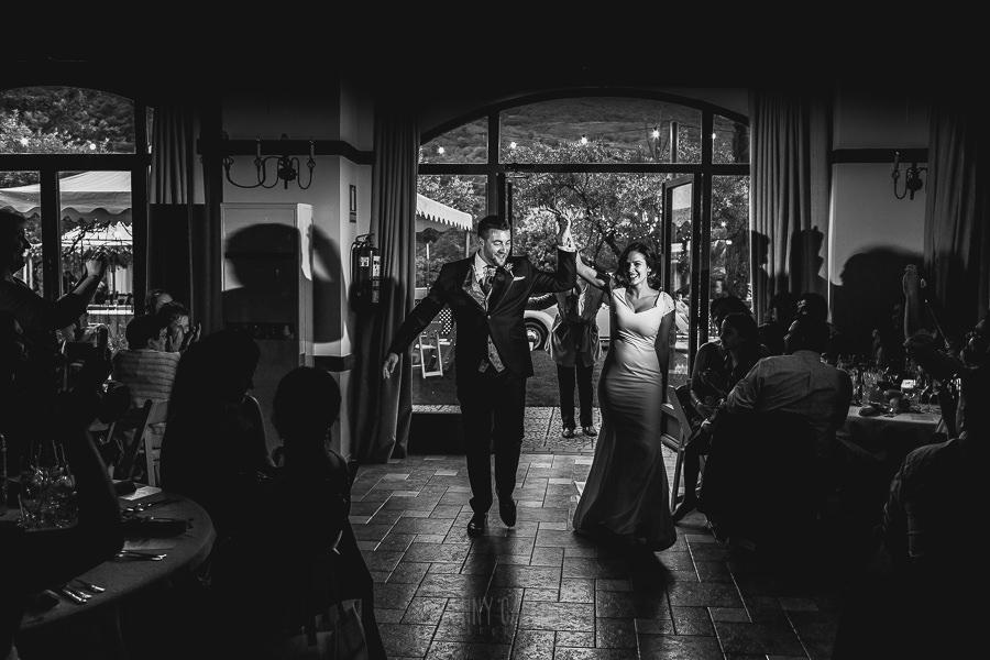 Boda hotel Ruta Imperial de Sandra y David realizada por el fotógrafo de bodas en Jarandilla de la Vera Johnny García, los novios entran al banquete