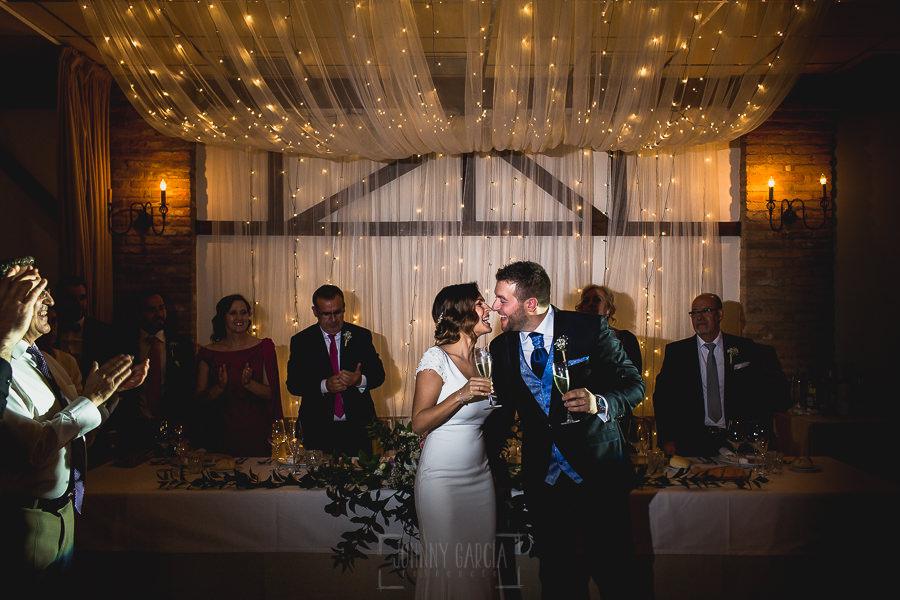 Boda hotel Ruta Imperial de Sandra y David realizada por el fotógrafo de bodas en Jarandilla de la Vera Johnny García, la pareja brinda con los invitados