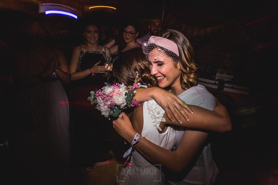 Boda hotel Ruta Imperial de Sandra y David realizada por el fotógrafo de bodas en Jarandilla de la Vera Johnny García, Sandra entrega el ramo de novia a una amiga