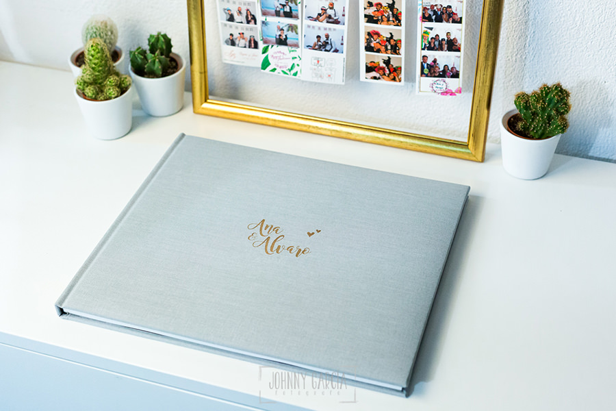 Libro de boda serie editorial en lino gris con el sello de la pareja grabado en láser, album completo.