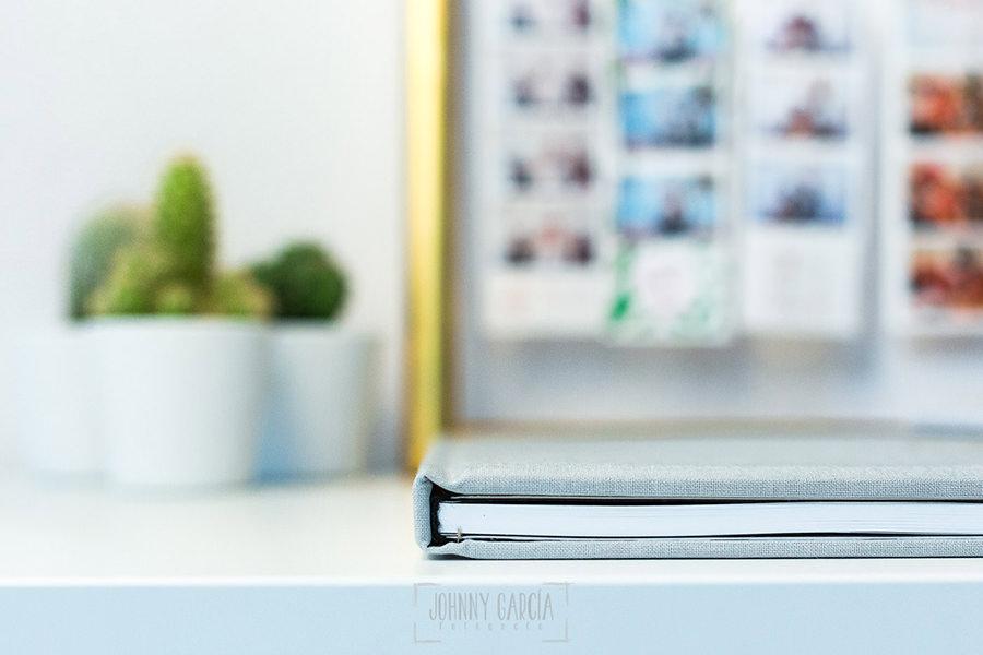 Libro de boda serie editorial en lino gris con el sello de la pareja grabado en láser, detalle del lomo y la tapa.