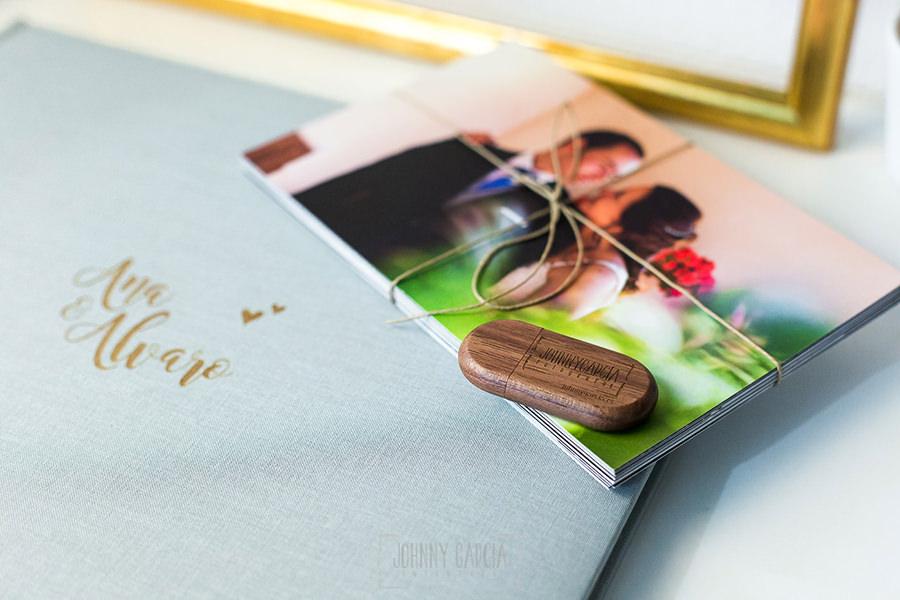 Libro de boda serie editorial en lino gris con el sello de la pareja grabado en láser junto al pendrive grabado en madera.