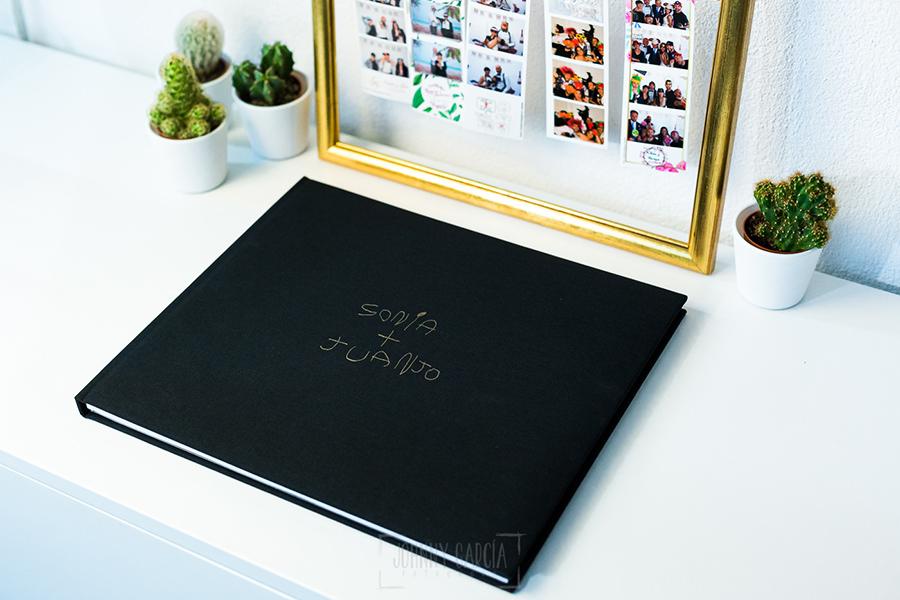 Libro de boda serie editorial en lino negro con el sello de la pareja grabado en láser con el nombre escrito por la hija de la pareja, álbum completo.