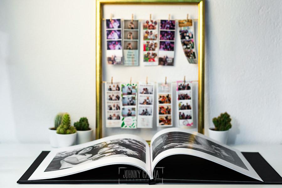 Libro de boda serie editorial en lino negro con el sello de la pareja grabado en láser con el nombre escrito por la hija de la pareja, libro abierto en 180 grados.