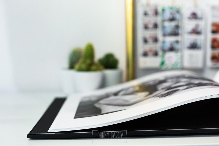 Detalle de las hojas de un libro de boda en lino negro