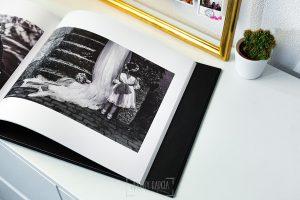 Libro de boda serie editorial en lino negro con el sello de la pareja grabado en láser con el nombre escrito por la hija de la pareja, detalle de las hojas.