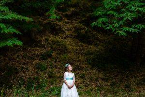 Comunión en Béjar de Daniela, foto de comunión realizada por Johnny García, fotógrafo de comuniones. Retrato de comunión en el monte.
