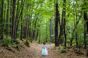 Comunión en Béjar de Daniela, foto de comunión realizada por Johnny García, fotógrafo de comuniones. Fotos de comunión en el bosque.