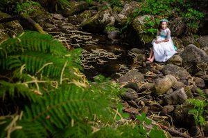 Comunión en Béjar de Daniela, foto de comunión realizada por Johnny García, fotógrafo de comuniones. Foto de comunión en parajes naturales.