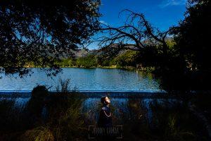 Comunión en Candelario de Sergio, foto de comunión realizada por Johnny García, fotógrafo de comuniones. Foto de comunión en un lago.