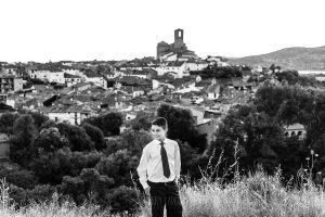 Comunión en Candelario de Sergio, foto de comunión realizada por Johnny García, fotógrafo de comuniones. Retrato de comunión en una villa histórica