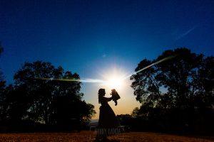 Comunión en Hervás de Daniela, foto de comunión realizada por Johnny García, fotógrafo de comuniones. Foto comunión en exteriores con la puesta de sol.