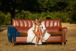Comunión en Hervás de Daniela, foto de comunión realizada por Johnny García, fotógrafo de comuniones. Foto de comunión en la naturaleza con un sofá.