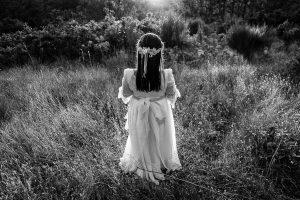 Comunión en Plasencia de Olaya, foto de comunión realizada por Johnny García, fotógrafo de comuniones. Detalle del vestido de comunión por detrás.