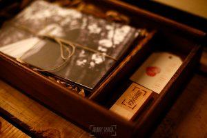 Detalle del pendrive con las fotos en una caja de madera.