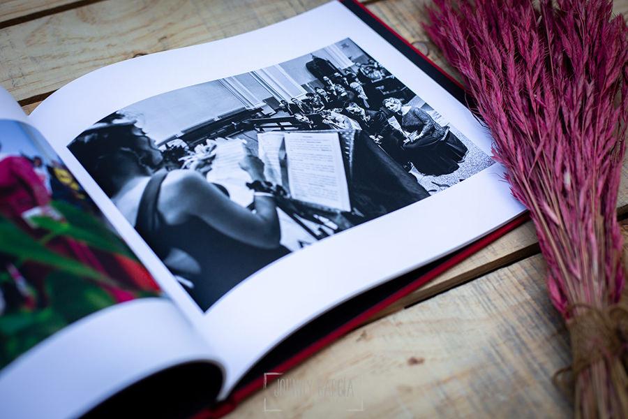 Libro de boda serie editorial en rojo con los nombres de la pareja grabado en láser con el nombre de los novios grabados en oro, detalle interior.