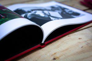 Detalle de las hojas de un libro de boda en lino rojo
