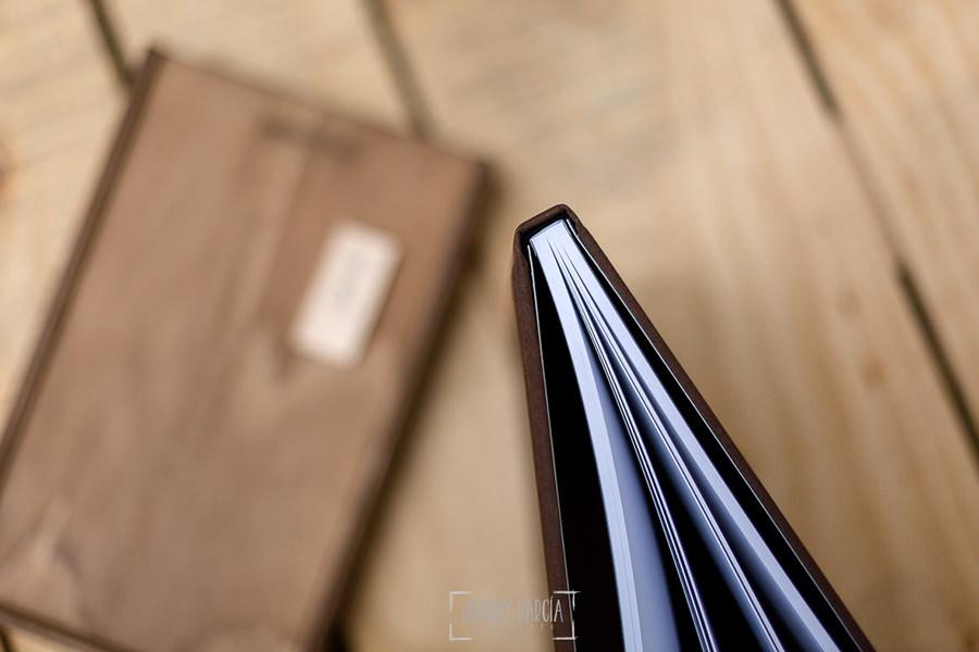 Libro de boda serie editorial en lino marrón con el sello de la pareja grabado en láser con el nombre de los novios grabados en láser, detalle del lomo y de las hojas impresas.