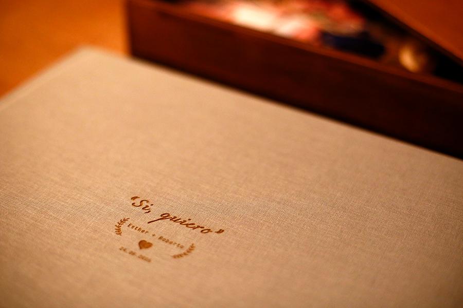 Detalle de un grabado en una tapa del libro.