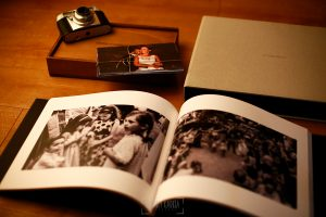 Libro de boda serie Editorial con micropiel marrón con el nombre de la pareja grabado, detalle interior.