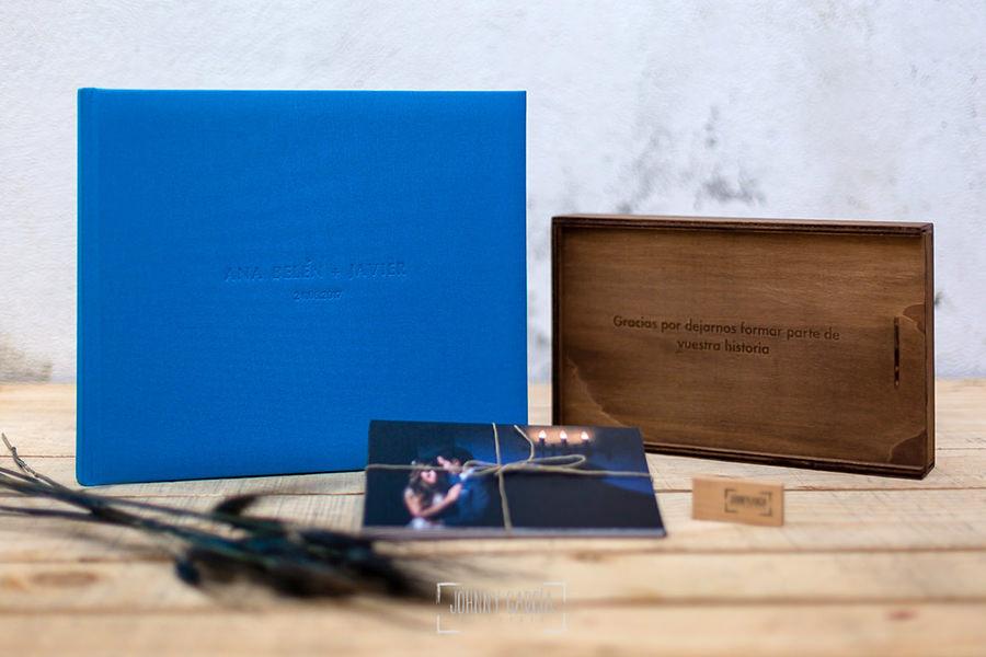 Libro de boda serie editorial en lino azul con el sello de la pareja grabado en láser con el nombre de los novios grabados con golpe en seco.
