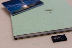 Libro de boda serie editorial en verde tierra con el sello de la pareja grabado en láser, detalle de una parte de l libro.