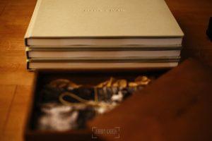 Libro de boda serie Editorial con piel con el nombre de la pareja grabado con golpe en seco, detalle de los lomos.