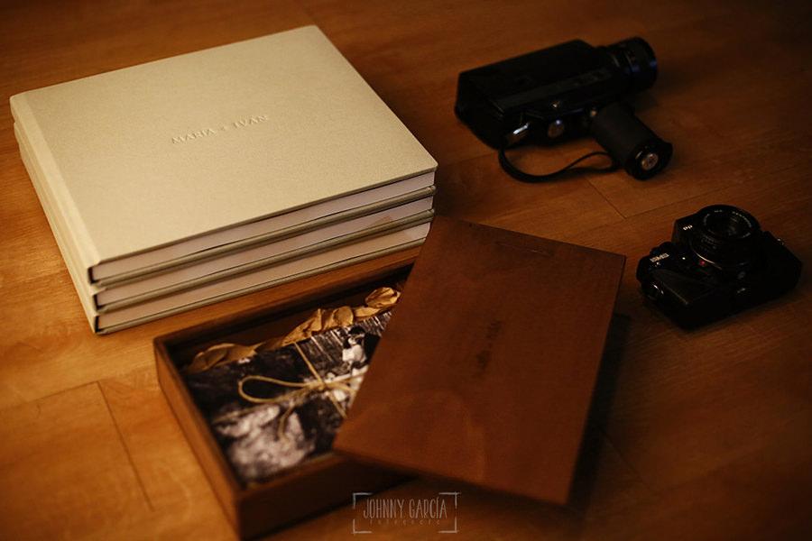 Libro de boda serie Editorial con piel con el nombre de la pareja grabado con golpe en seco.