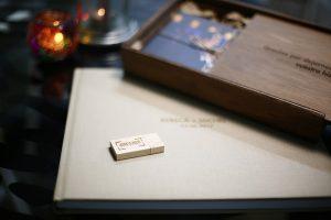 libro de boda junto a sus fotos.