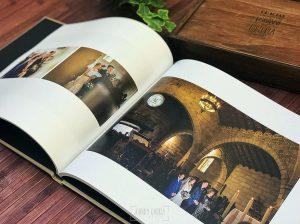 Detalle de un libro de boda abierto en lino arena