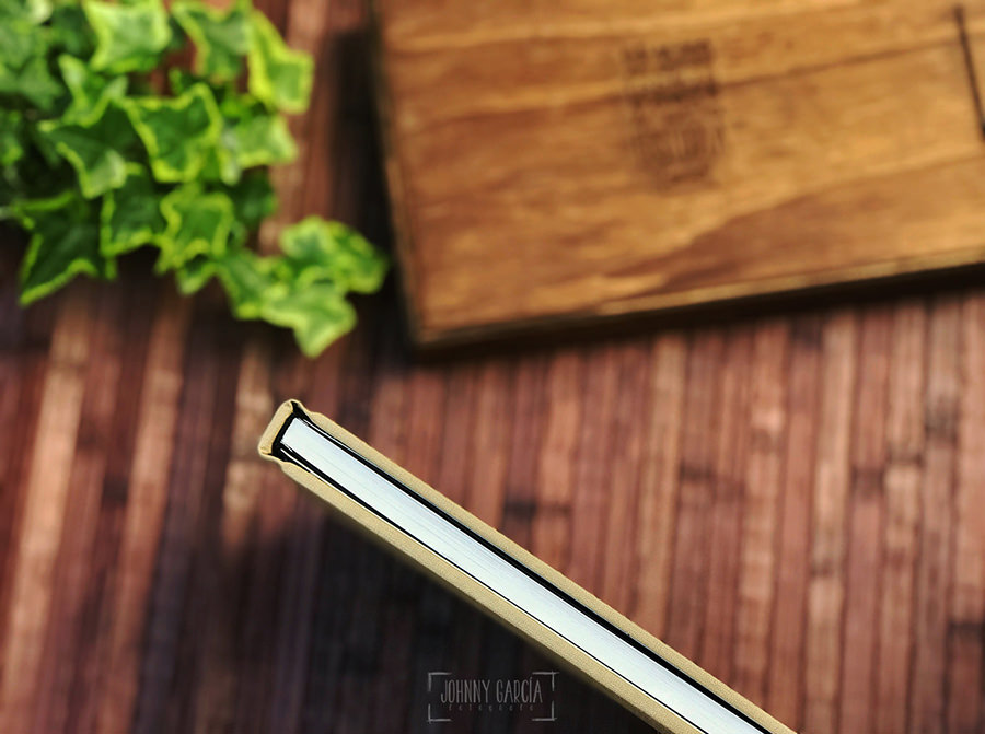 Libro de boda serie editorial con las letras de la pareja grabado en láser, detalle del frente del libro.