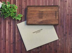 Libro de boda serie editorial con las letras de la pareja grabado en láser junto a una caja de madera.