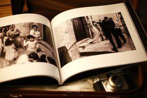 Detalle del interior de uno de los libros de boda