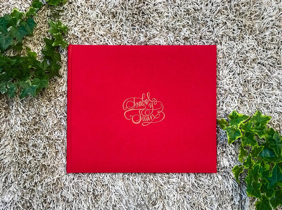 Libro de boda serie editorial en rojo con las iniciales de la pareja grabado en láser.