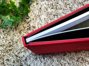 Libro de boda serie editorial en rojo con las iniciales de la pareja grabado en láser, detalle cosido del lomo