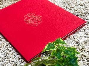 Libro de boda serie editorial en rojo con las iniciales de la pareja grabado en láser, detalle.