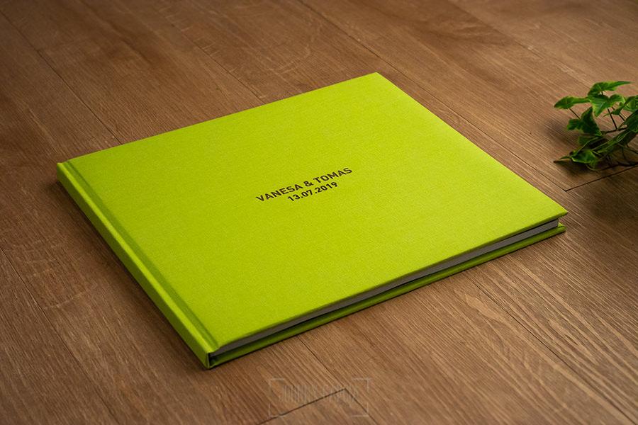 Libro de boda serie editorial en lino verde manzana con el sello de la pareja grabado en láser con el nombre de los novios grabados en láser, libro completo.