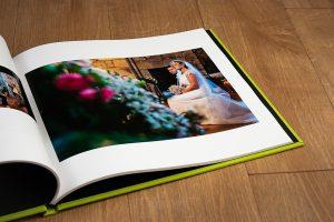 Libro de boda serie editorial en lino verde manzana con el sello de la pareja grabado en láser con el nombre de los novios grabados en láser, detalle del interior del libro.