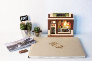 Álbum de boda serie editorial en lino arena con el sello de la pareja grabado en láser.
