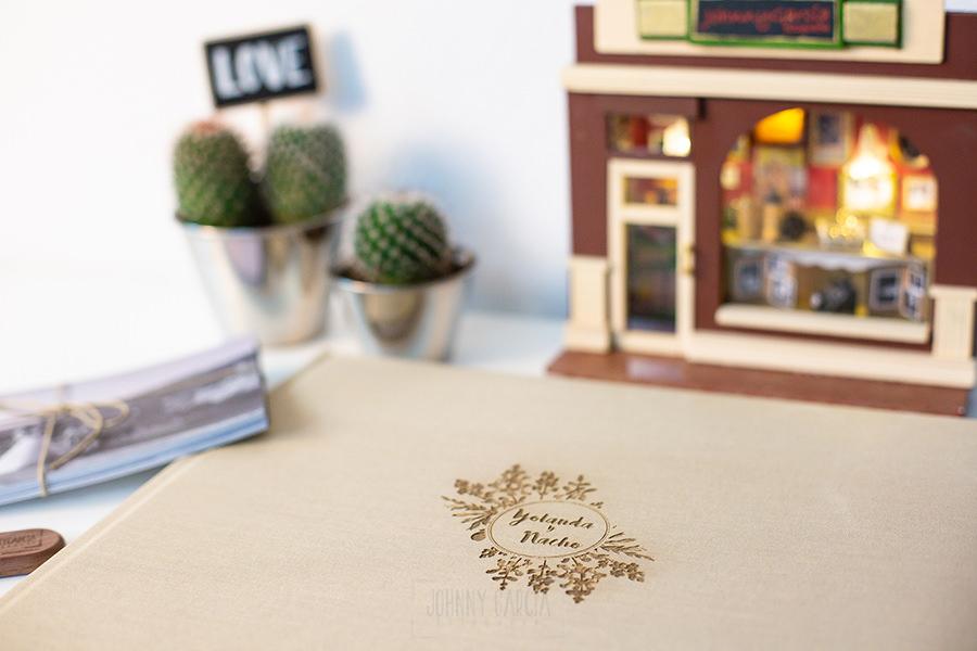 Álbum de boda serie editorial en lino arena con el sello de la pareja grabado en láser, detalle del logotipo.