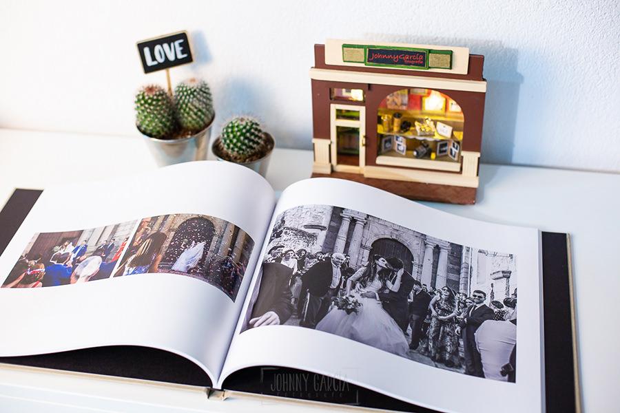 Álbum de boda serie editorial en lino arena con el sello de la pareja grabado en láser, libro abierto donde se ve el papel.