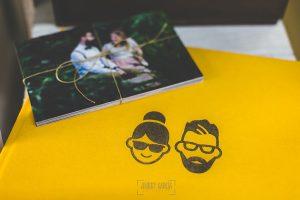 Libro de boda serie editorial en amarillo con las caras de la pareja grabado en láser con el nombre de los novios grabados negro, detalle del grabado.