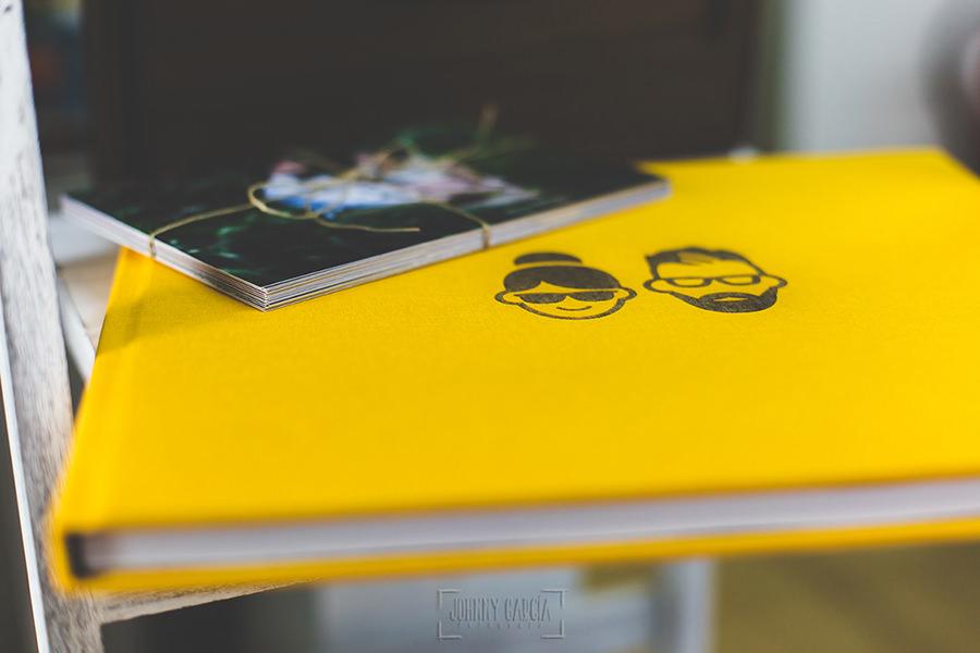 Detalle de las hojas de un libro de boda en lino amarillo