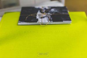 Libro de boda serie editorial en lino verde manzana con el sello de la pareja grabado en láser con el nombre de los novios grabados en seco, detalle del grabado.