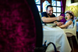 Boda en La Alberca de Sonia y Juanjo realizada por el fotógrafo de bodas en Salamanca Johnny García. Juanjo da la comida a su hija Carmen.