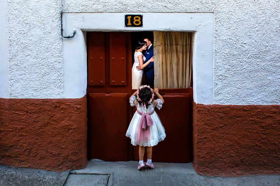 Boda en La Alberca de Sonia y Juanjo realizada por el fotógrafo de bodas en Salamanca Johnny García. Foto de la sesión de postboda en la puerta de la casa de la abuela.