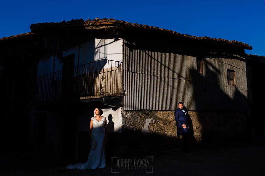 Boda en La Alberca de Sonia y Juanjo realizada por el fotógrafo de bodas en Salamanca Johnny García. Foto de la sesión de postboda por la calle.