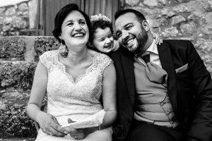 Boda en La Alberca de Sonia y Juanjo realizada por el fotógrafo de bodas en Salamanca Johnny García. Foto de la sesión de postboda, retrato de los novios con Carmen